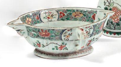 CHINE Époque Kangxi (1662-1722) Saucière ovale à deux anses latérales en porcelaine...