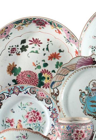 CHINE Epoque QIANLONG (1736 - 1795) Coupe en porcelaine à décor famille rose de chrysanthèmes...