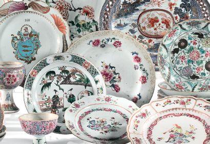 CHINE Epoque QIANLONG (1736 - 1795) Plat en porcelaine à décor famille rose de bouquets...