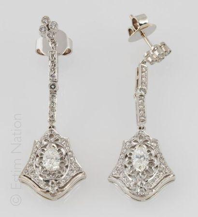 PENDANTS D'OREILLES DIAMANTS Paire de pendants d'oreilles en or gris 18K (750/°°)...