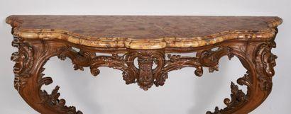 MOBILIER ANCIEN Console en bois naturel mouluré et richement sculpté. Un décor en...
