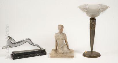 ART DECO Elégante assise  Sujet en plâtre sur une base carrée.  Traces de polychromie....