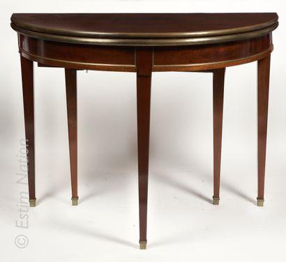 MOBILIER ANCIEN Table demi lune en acajou et placage d'acajou verni, le plateau ceint...