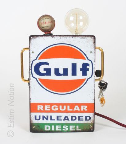 DESIGN INDUSTRIEL Lampe à poser simulant une pompe à essence circa 1950, le corps...