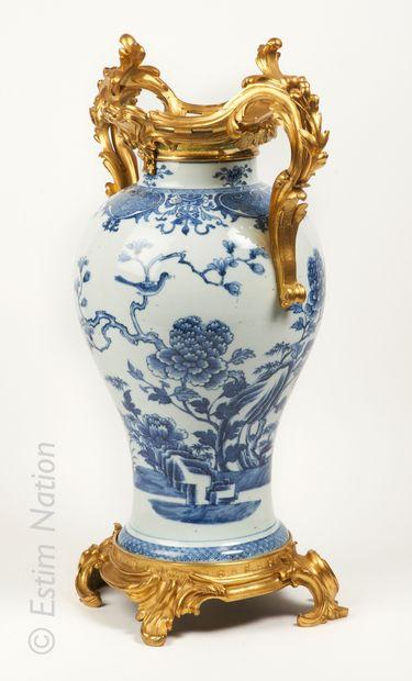 CHINE - Epoque QIANLONG (1736 - 1795) Paire de potiches balustres en porcelaine à...