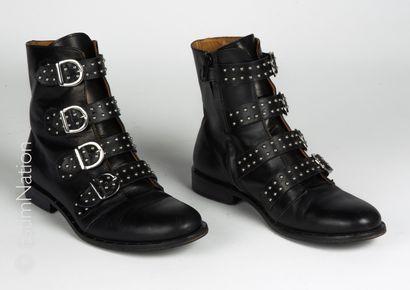 GALLUCCI PAIRE DE BOOTS en cuir noir et sangles cloutées (P 36) (petite patine d...