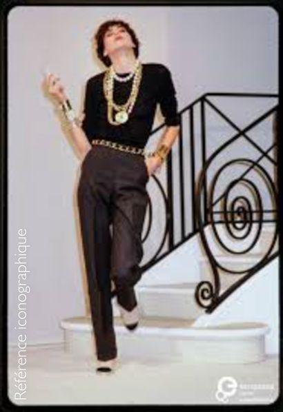 CHANEL (COLLECTION PRINTEMPS-ETE 1984) CEINTURE à larges maillons en métal doré entrelacé...