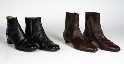 TOD'S, ANONYME DEUX PAIRES DE BOOTS en cuir : la première chocolat à picots (P 37)...
