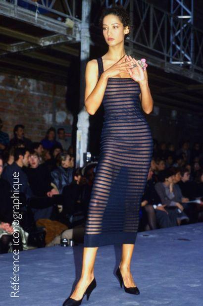ALAIA CIRCA 1987/90 ROBE en jersey stretch noir figurant des bandes laissant apparaitre...
