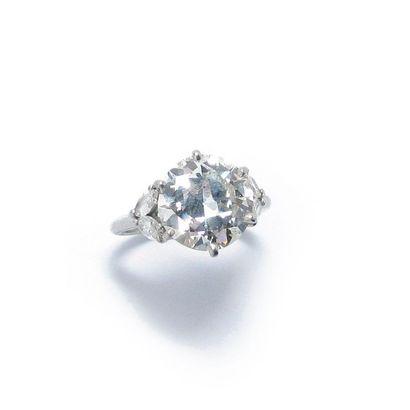 BAGUE PLATINE ET DIAMANTS BAGUE en platine, ornée d'un diamant rond demi taille en...