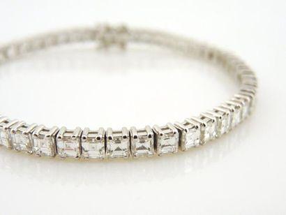 BRACELET RIVIERE Bracelet rivière en or gris 18K 750/°° serti de 50 diamants taille...