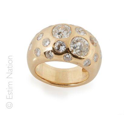Bague jonc Importante bague jonc en or jaune 18K (750/°°) rehaussée de 5 diamants...