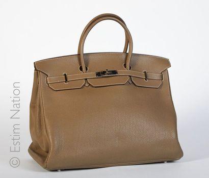 """HERMES Paris (2008) SAC """"BIRKIN"""" 40 cm en cuir Togo étoupe, garniture en métal argenté..."""
