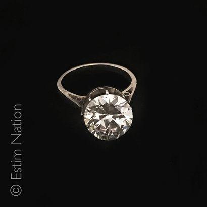 Bague solitaire Bague en or gris 18K (750°/00) sertie griffes d'un diamant rond taillé...
