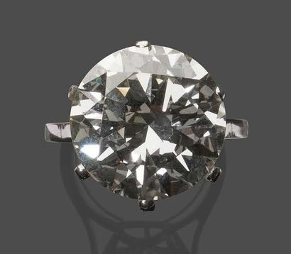 Bague en platine sertie d'un important diamant...