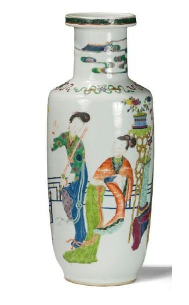 Vase rouleau en porcelaine et émaux polychromes...