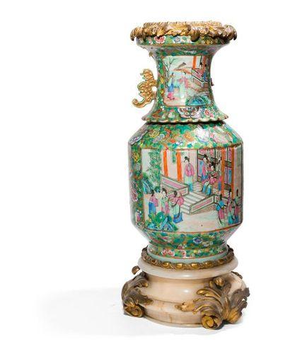 Vase balustre en porcelaine de Canton, à...