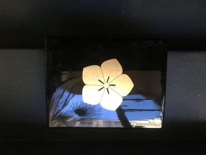 Boite en laque noir à décor de fleur de cerisier....