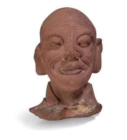 Tête Lohan esquissant un sourire.  Sculpture...