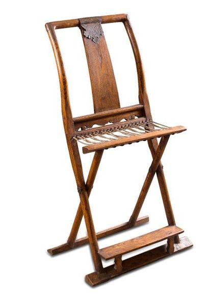 Chaise pliante en bois, l'assise en corde...