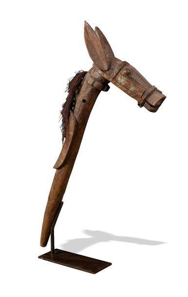 Bâton de danse orné d'une tête d'animal (mule)....