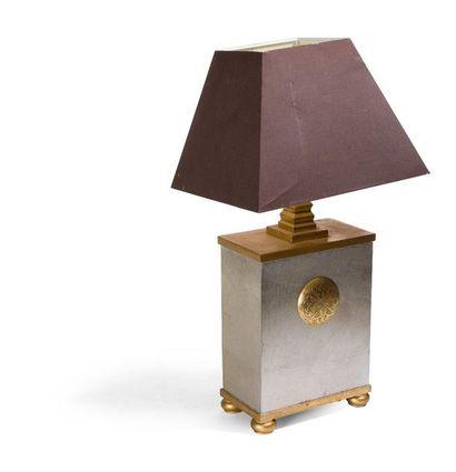 Pied de lampe en métal doré de médaillon...