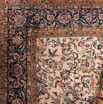 Tapis en laine polychrome à décor floral...