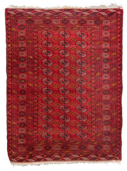 Tapis boukhara en laine polychrome à motifs...