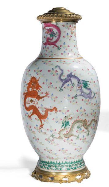 - Vase balustre en porcelaine et émaux de...