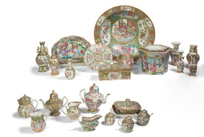 - Important ensemble de pièces en porcelaines...