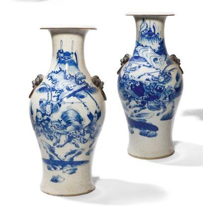 - Paire de vases balustres en porcelaine...