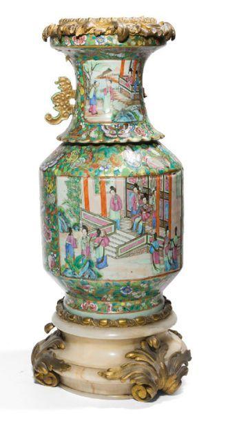 - Vase balustre en porcelaine de Canton,...