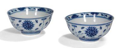 - Paire de coupes en porcelaine, à décor...