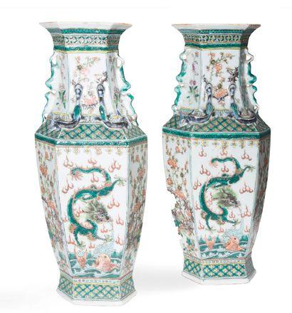 - Paire de vases hexagonaux en porcelaine...