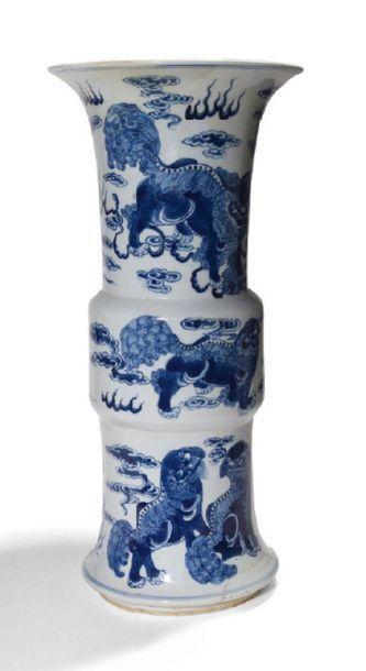- Vase Gu en porcelaine bleu blanc, à décor...