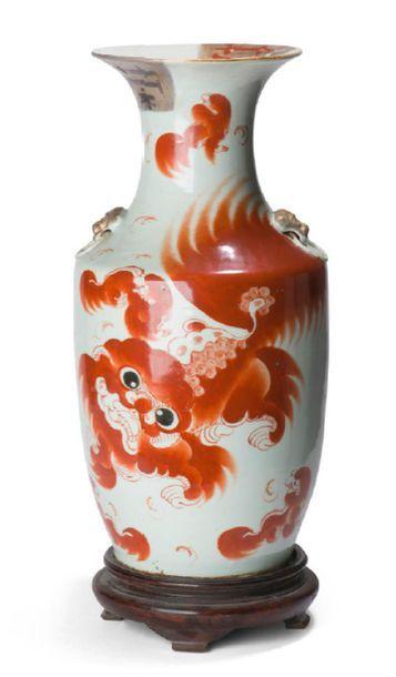 - Vase en porcelaine polychrome émaillée...