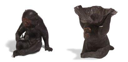 - Deux okimonos en bronze de patine brune...