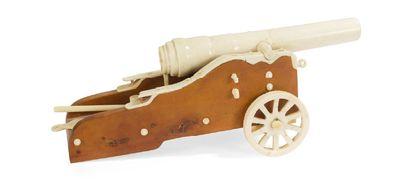 - Modèle réduit de canon en ivoire sculpté,...