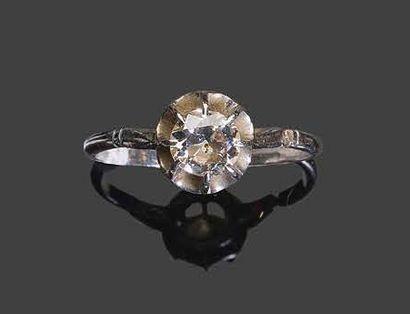 - Bague en or blanc sertie d'un diamant solitaire...