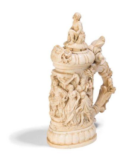 - Chope couverte en ivoire sculpté à décor...