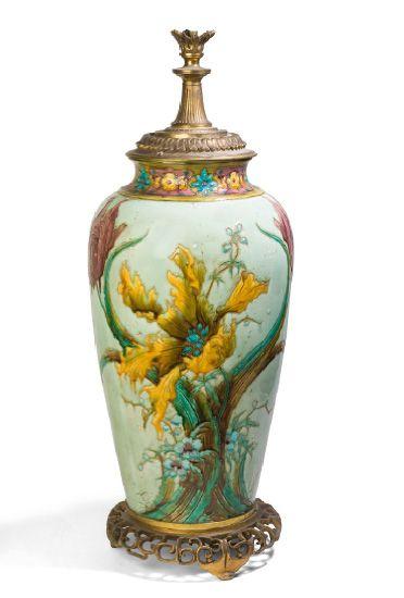 - Lampe en porcelaine polychrome à décor...
