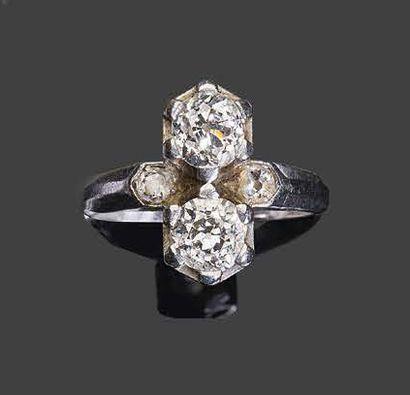 - Bague toi & moi en or blanc, sertie de deux diamants de taille brillant ancienne...