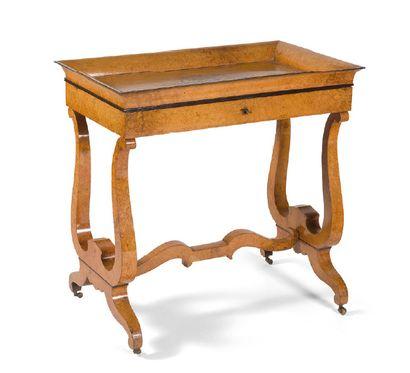 - Table travailleuse en bois plaqué, le plateau...