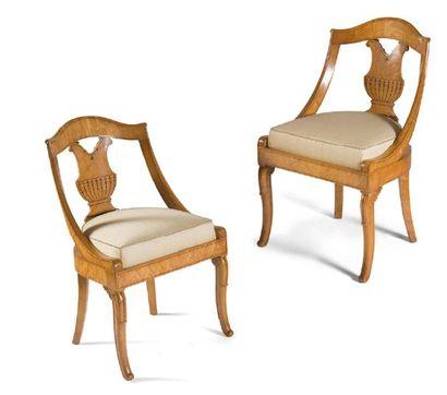 - Paire de chaises à dossiers gondole ajourés...