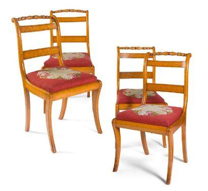 - Suite de quatre chaises en bois de placage...