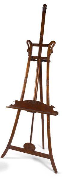 - Chevalet en bois sculpté, mouluré et patiné...