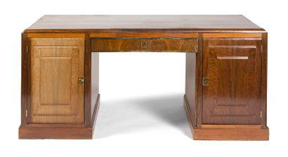 - Ensemble comprenant: - bureau en bois de...