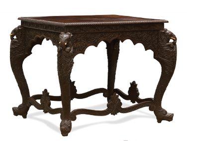 - Table de salon en bois sculpté et patiné....