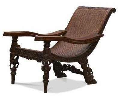 - Fauteuil en bois sculpté et patiné. L'assise...