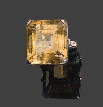 - Bague en or jaune 750°/°°, sertie d'une...